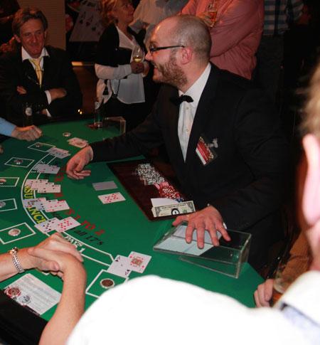 Spaß mit unserem Croupier beim Blackjack spielen.