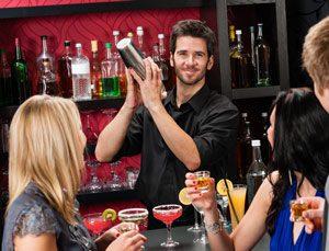 Unsere Barkeeper mixen Ihren Lieblingsdrink