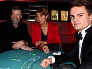 Paar mit Spaß am Pokertisch