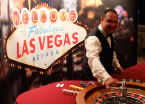 Croupier beim Casinotisch, Spieltisch.