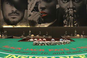 Coole Lokation mit toller Wanddekoration und unserem Blackjack Tisch