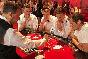 Die Gäste sind voller Konzentration und gespannt was beim Blackjack passiert