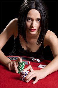 Frau schiebt Jetons über den Pokertisch