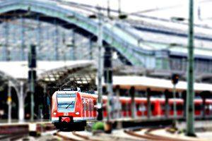 Eine S-Bahn fährt gerade aus dem Kölner Hauptbahnhof