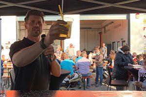 Thore Schölermann trinkt einen Cocktail  an unserer mobilen Cocktailbar