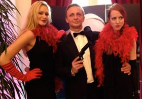 James Bond mit unseren Candy Girls im mobilen Casino