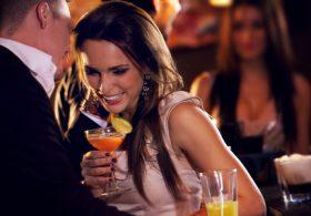 Leckere Cocktails in netter Gesellschaft genießen.