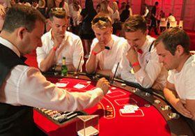 Konzentration und Spannung am Blackjack Tisch