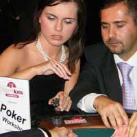 Spannung am Pokertisch bei gutaussehendem Paar